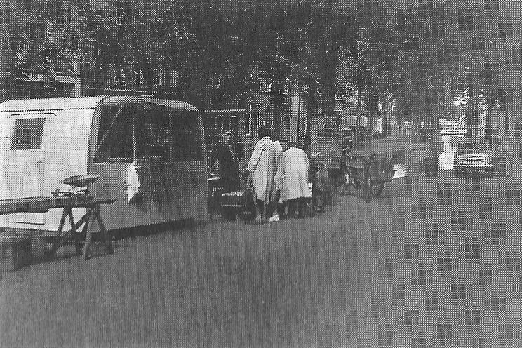 Het Van Harenspad in 1951. De caravan van visboer Scholte en de groentestal van Sally bij de Hoofdbrug.
